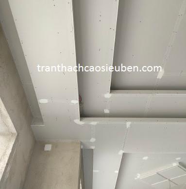 Trần thạch cao được thiết kế khe hở lên trên để giấu khung rèm cửa lên trên