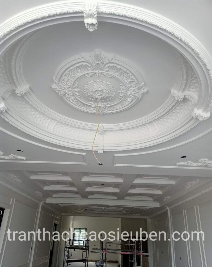 Mẫu trần cổ điển được sơn màu trắng